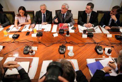 """Piñera pide """"honestidad"""" a ministros para reconocer errores del Gobierno"""