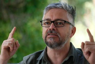 Teletón suspende firma de libros de Baradit tras funa tuitera y el escritor hace sus descargos