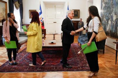 Presidenta del PH explica por qué no quiso saludar con un beso a Piñera en reunión del Frente Amplio