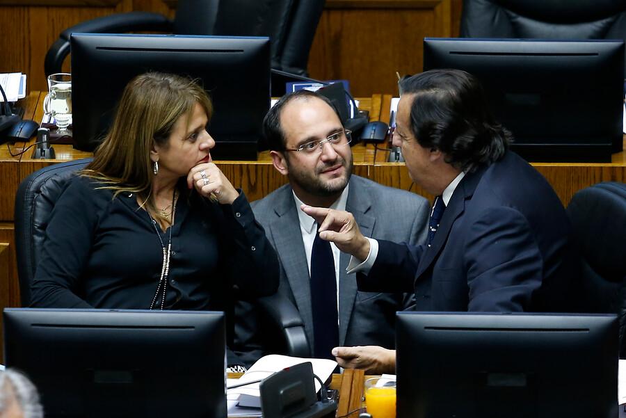 """Senadores UDI presentan moción para acusar constitucionalmente a fiscales"""