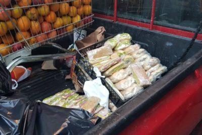 Un paño con bufandas, panes con palta y un carrito de naranjas: Municipalidad de Santiago celebra decomiso en la calle