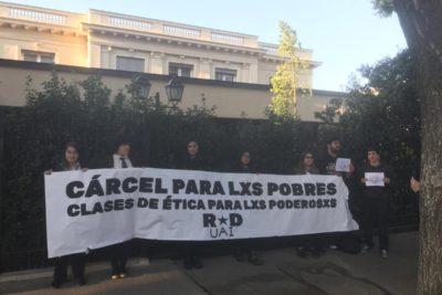 Estudiantes recibieron con protestas a Délano y Lavín en su primer día de clases de ética en la Universidad Adolfo Ibáñez