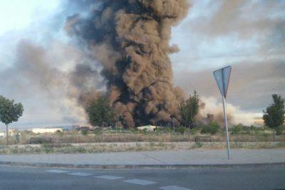 Suspenden clases en Lampa y Colina por incendio en acopio ilegal de basura