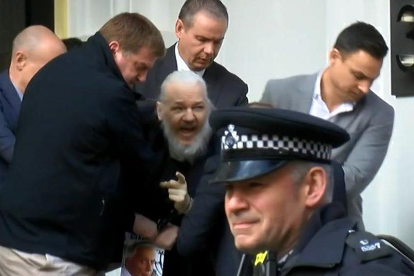 VIDEO  Julian Assange fue detenido en la embajada de Ecuador en Londres
