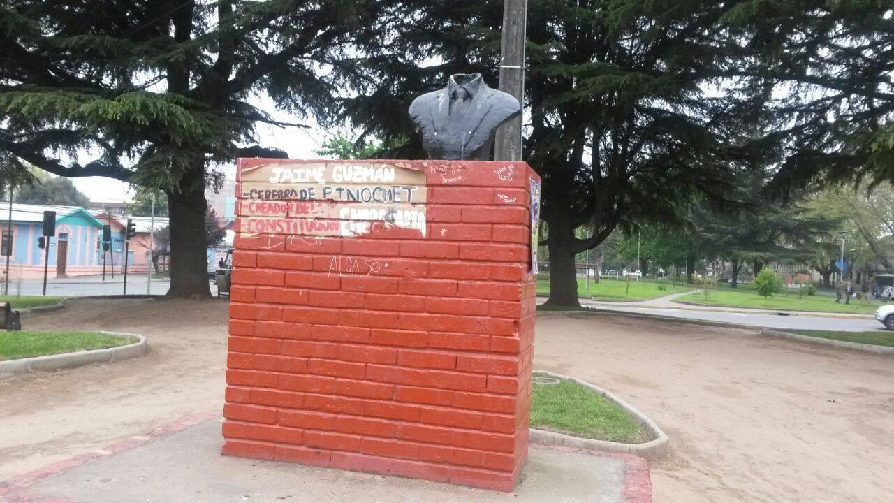 Duró 24 horas: sacaron placa en conmemoración a Jaime Guzmán