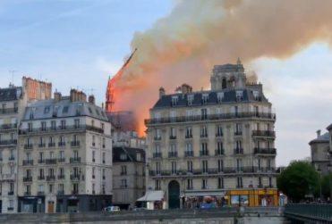 Así fue el derrumbe de la torre en la incendiada catedral de Notre Dame