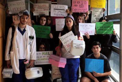 Estudiantes de Odontología de la U. de Chile iniciaron paro por sobrecarga académica