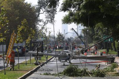 Estiman 10 horas sin luz: camión derribó nueve postes en sector oriente de Santiago