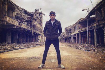 Roberto Cox recibió duras críticas por posar en un lugar destruido por la guerra en Mosul