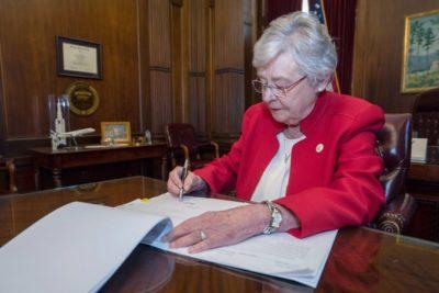 Alabama firma ley antiborto con penas que llegan a los 99 años de prisión