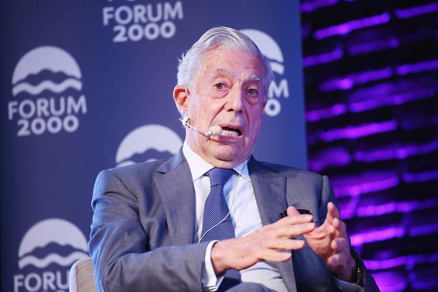 """""""Contra el machismo literario"""": escritoras chilenas cuestionan Bienal de Vargas Llosa"""