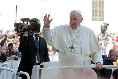 Papa dictó norma para obligar a miembros de la Iglesia a denunciar los abusos sexuales