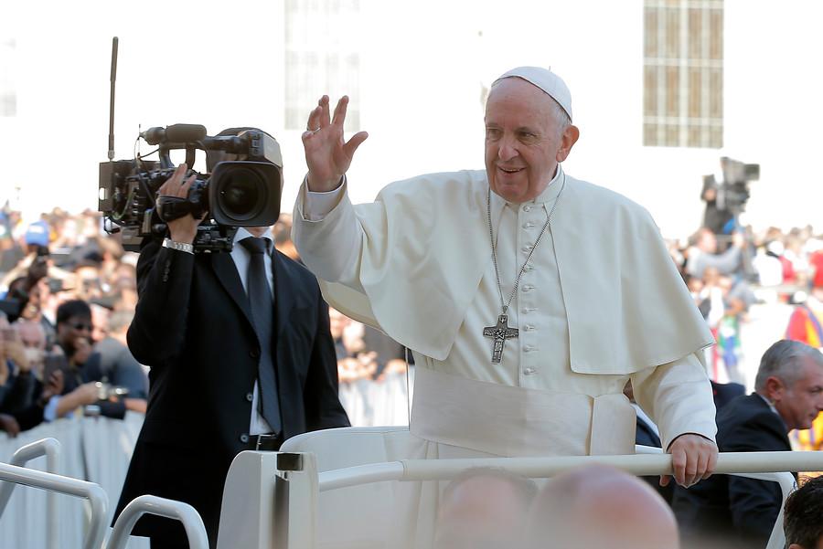 """Papa Francisco apoya unión civil entre homosexuales: """"Tienen derecho a estar en familia"""""""