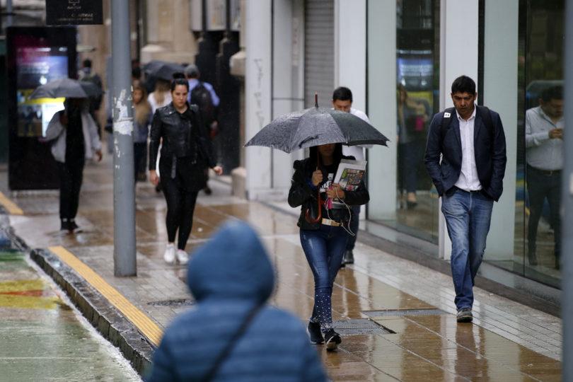 Sistema frontal ya se instaló en la zona central: expertos estiman las horas y la cantidad de lluvia que caerá en la jornada
