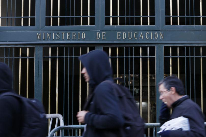 Mineduc pide a funcionarios votar en encuesta de Twitter sobre cambios al currículum escolar para revertir resultado adverso
