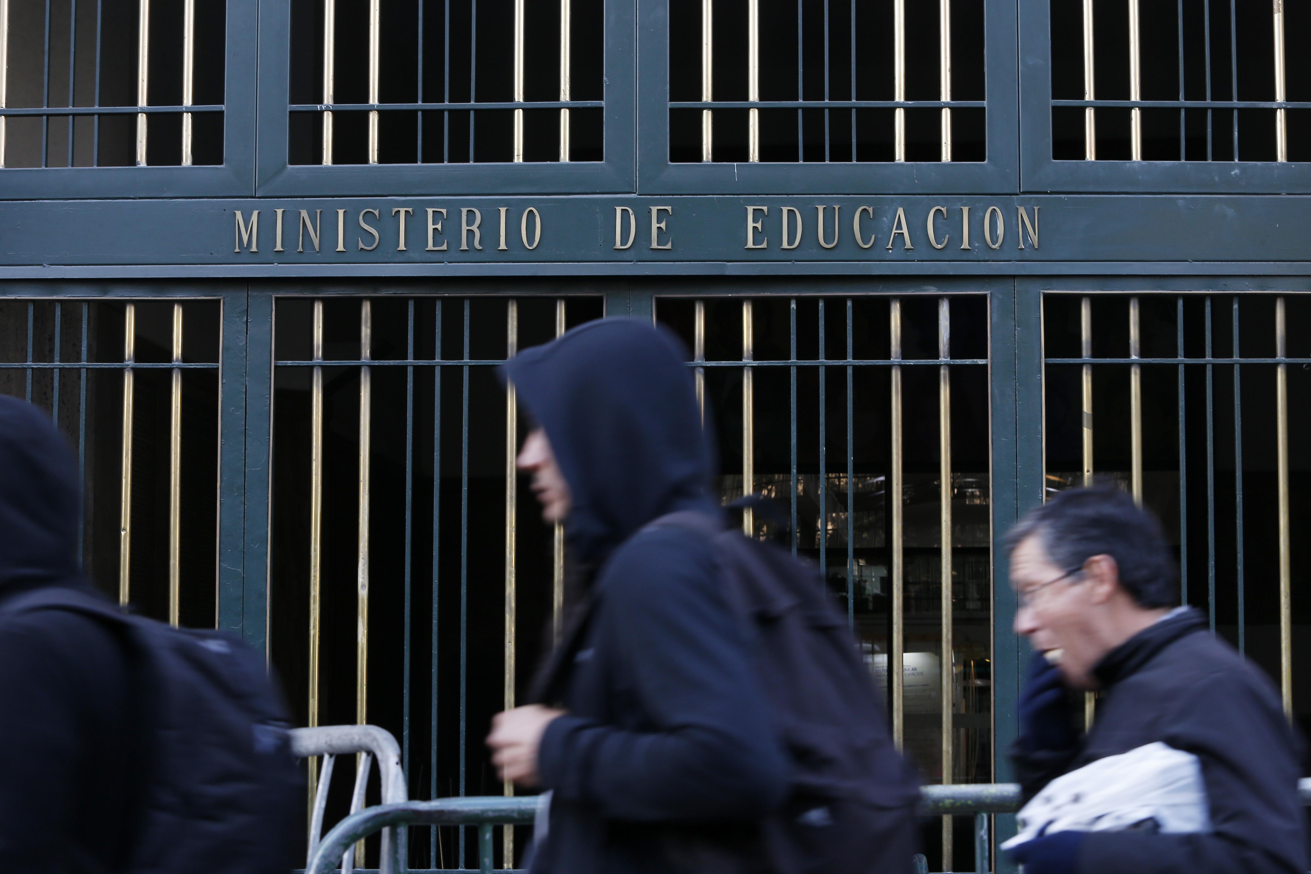 """""""Mineduc pide a funcionarios votar en encuesta de Twitter sobre cambios al currículum escolar para revertir resultado adverso"""""""