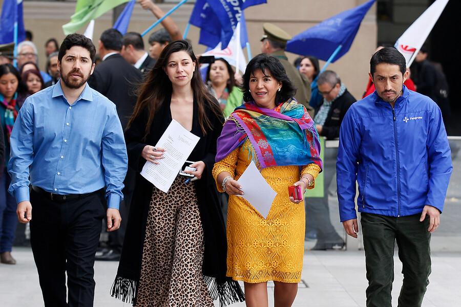 Parlamentarios entregaron carta a La Moneda exigiendo la salida de Luis Castillo