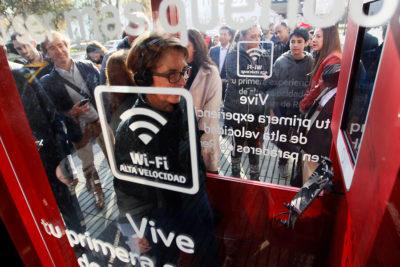 Presentan inédito servicio de internet de alta velocidad en paraderos de Transantiago