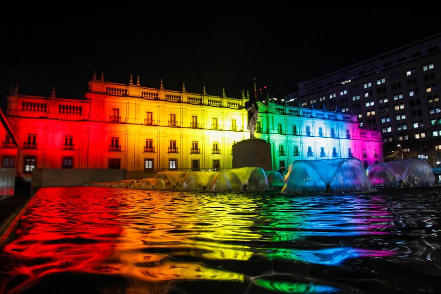 FOTOS   La Moneda se ilumina por el Día contra la Homofobia