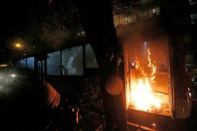 Encapuchados queman bus eléctrico de Sistema RED en pleno centro de Santiago