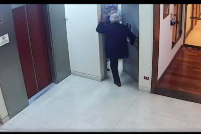 VIDEO |Cámara de seguridad sepulta al diputado García: muestra cómo atacó en los genitales a periodista