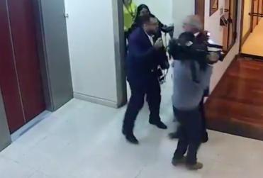 Cámara de seguridad sepulta al diputado García: muestra cómo atacó en los genitales a periodista