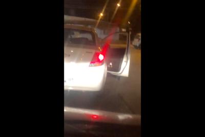 VIDEOS |Hombre dejó a su ex pareja colgando de la puerta de un auto y la arrastró varios metros