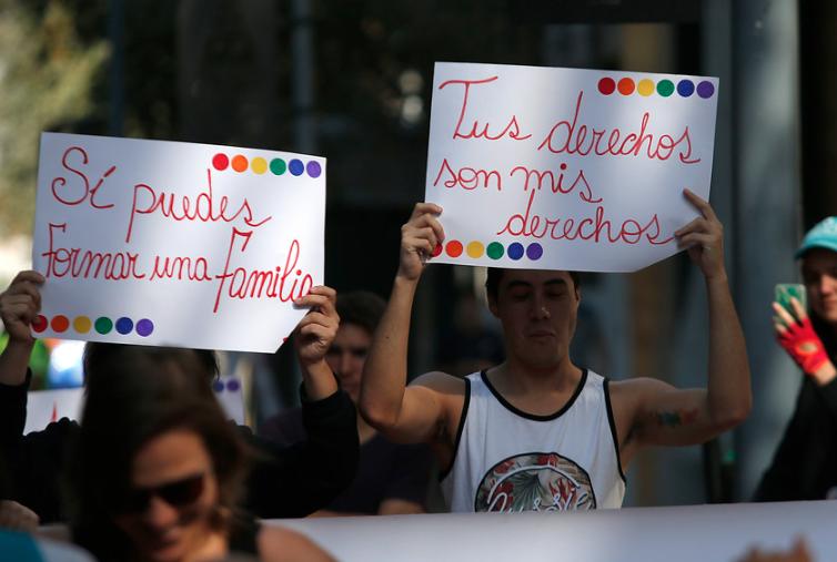Presentan proyecto para que parejas homoparentales puedan inscribir a sus hijos