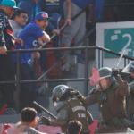 Barristas de la U tuvieron enfrentamiento con Carabineros en la galería norte