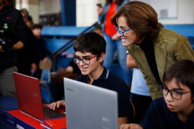 Educación entregará a escolares 130 mil notebook con internet por un año