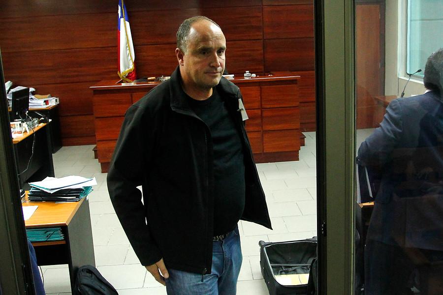Javier Margas enfrenta juicio simplificado por daños con retroexcavadora en un terreno