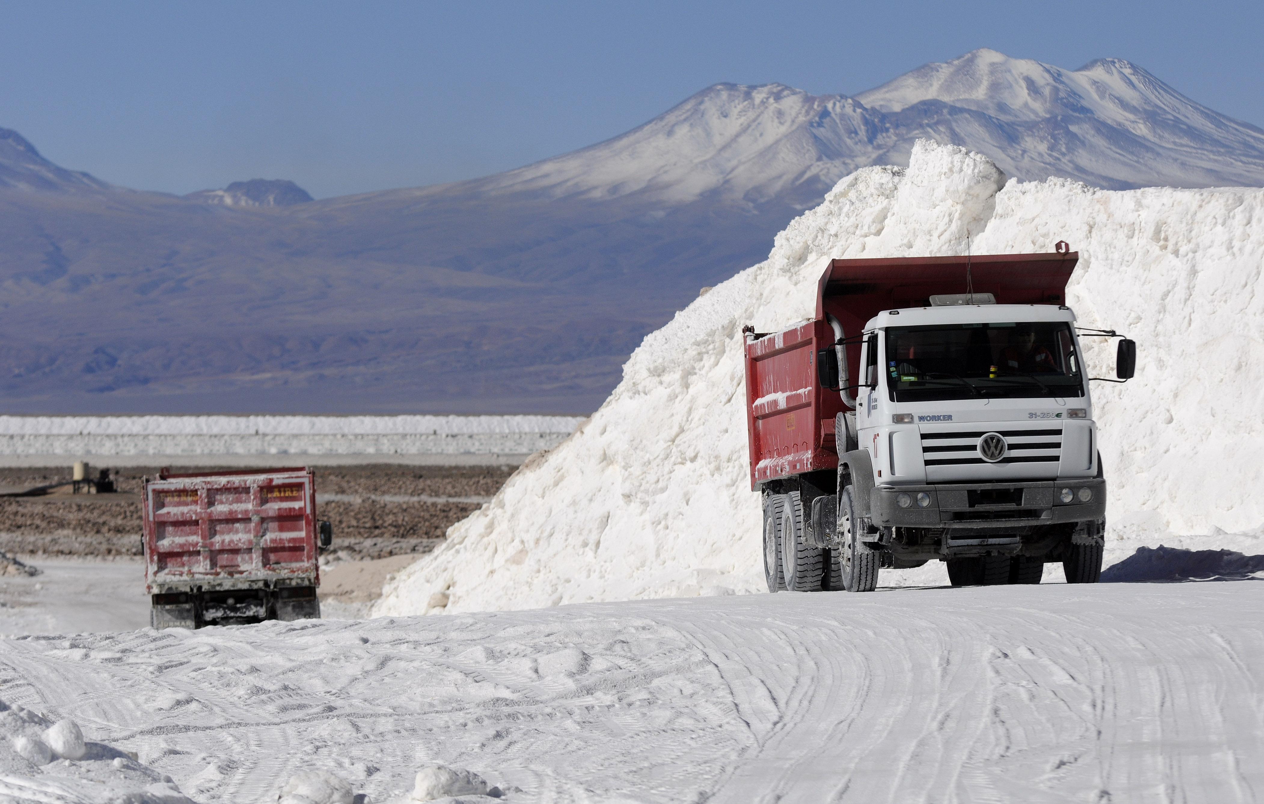 """Informe acusa """"evidente negligencia estatal"""" en acuerdo Corfo-SQM por el litio"""