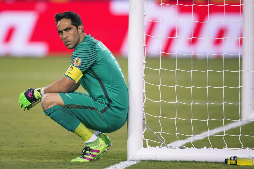 Aseguran que Claudio Bravo se alejaría de la Copa América de Brasil