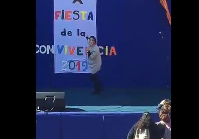 VIDEO | La genial salida de Belén Mora tras accidentarse en pleno escenario