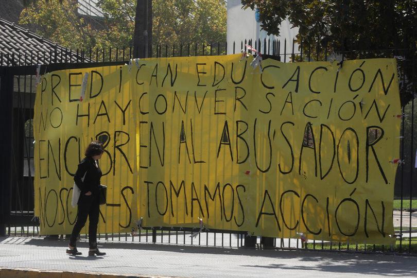 Alumnos, funcionarios y académicos piden desvinculación definitiva de profesor de la UC por más de 30 denuncias