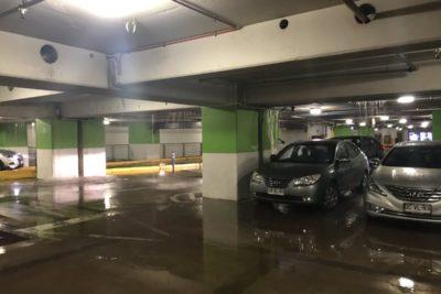 VIDEO   Rotura de cañería provocó inundación en estacionamiento de mall Costanera Center
