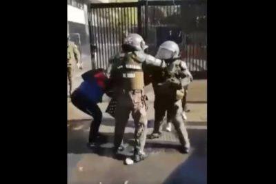 VIDEO | Registro muestra a carabinera golpeando con el puño en el rostro a fotógrafa en el Instituto Nacional