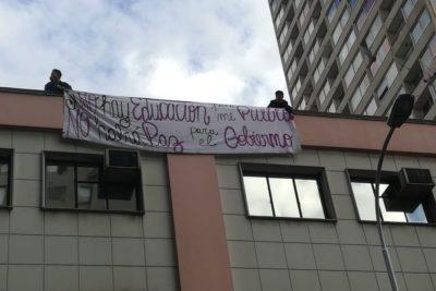 VIDEO  Alumnos del Instituto Nacional desplegaron un lienzo en la entrada de la Seremi de Educación