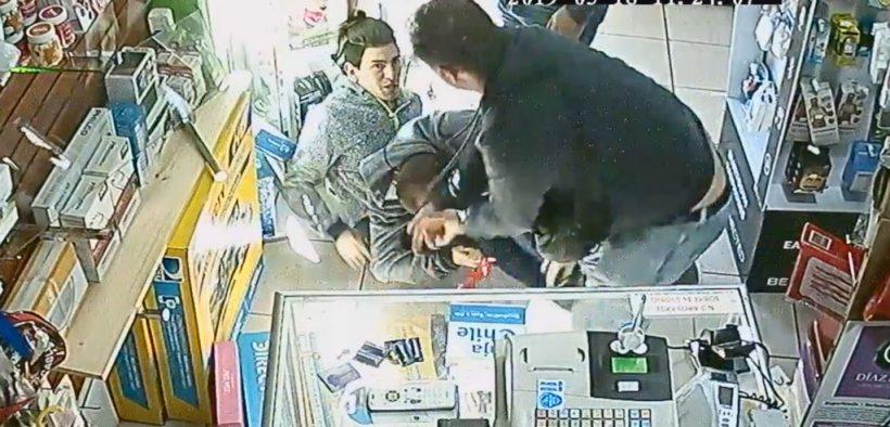 VIDEO | Difunden registro de brutal agresión homofóbica en contra de una pareja en tienda de electrónica