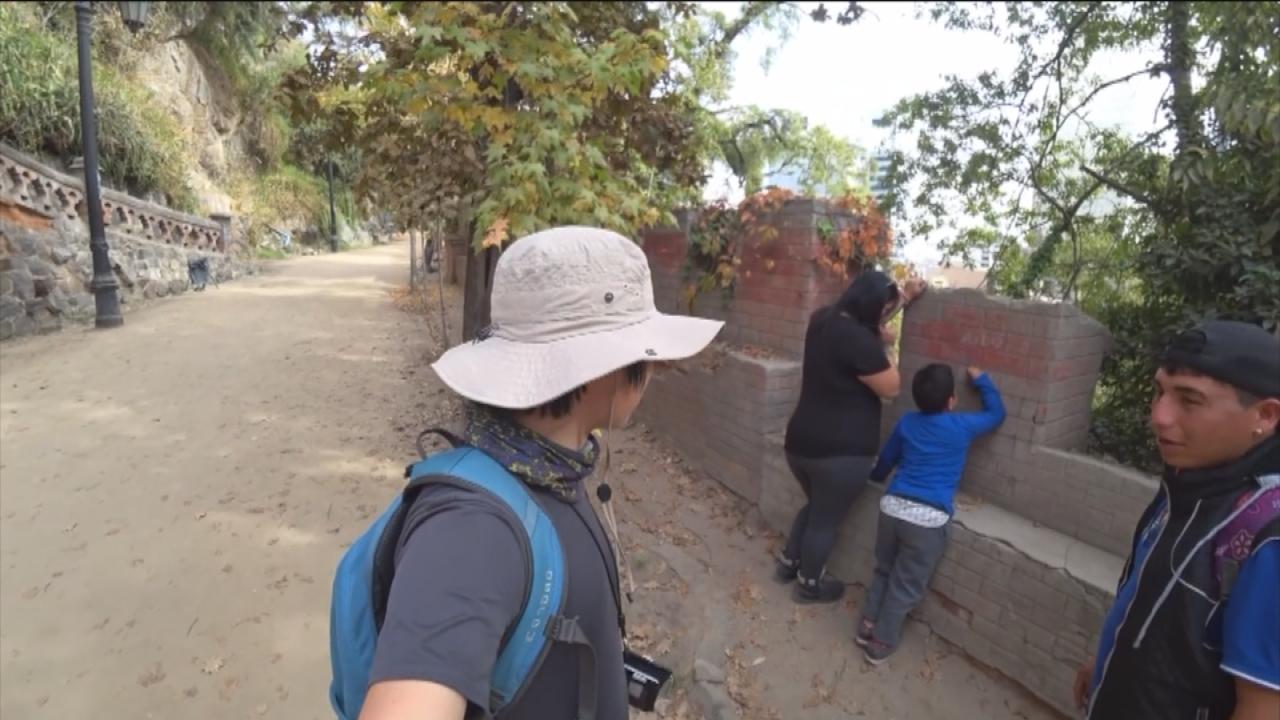 VIDEO | Turista coreano increpó a familia chilena por rayar el cerro Santa Lucía: la respuesta de los nacionales es para llorar