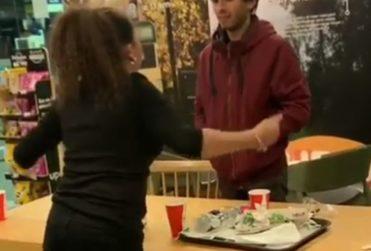 VIDEO | Despreciable acto de homofobia de mujer contra jóvenes en un servicentro se viraliza y genera rechazo transversal