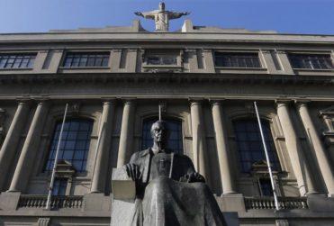 Estudiantes de derecho acusaron a la UC de impedir izar la bandera LGBT