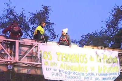 Manifestantes subieron a una señalética de Vicuña Mackenna en Santiago Centro