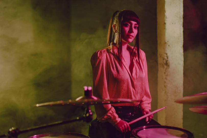 """Natalia Pérez, baterista de Mon Laferte: """"Para ella es muy importante que una mujer chilena interprete los ritmos de sus canciones"""""""