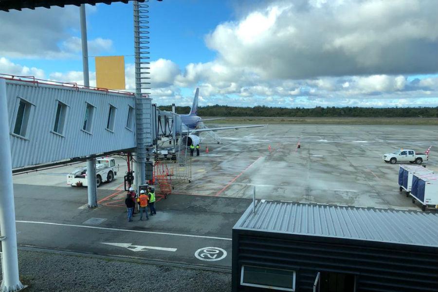 Puerto Montt: avión aterrizó de emergencia tras chocar con pájaros
