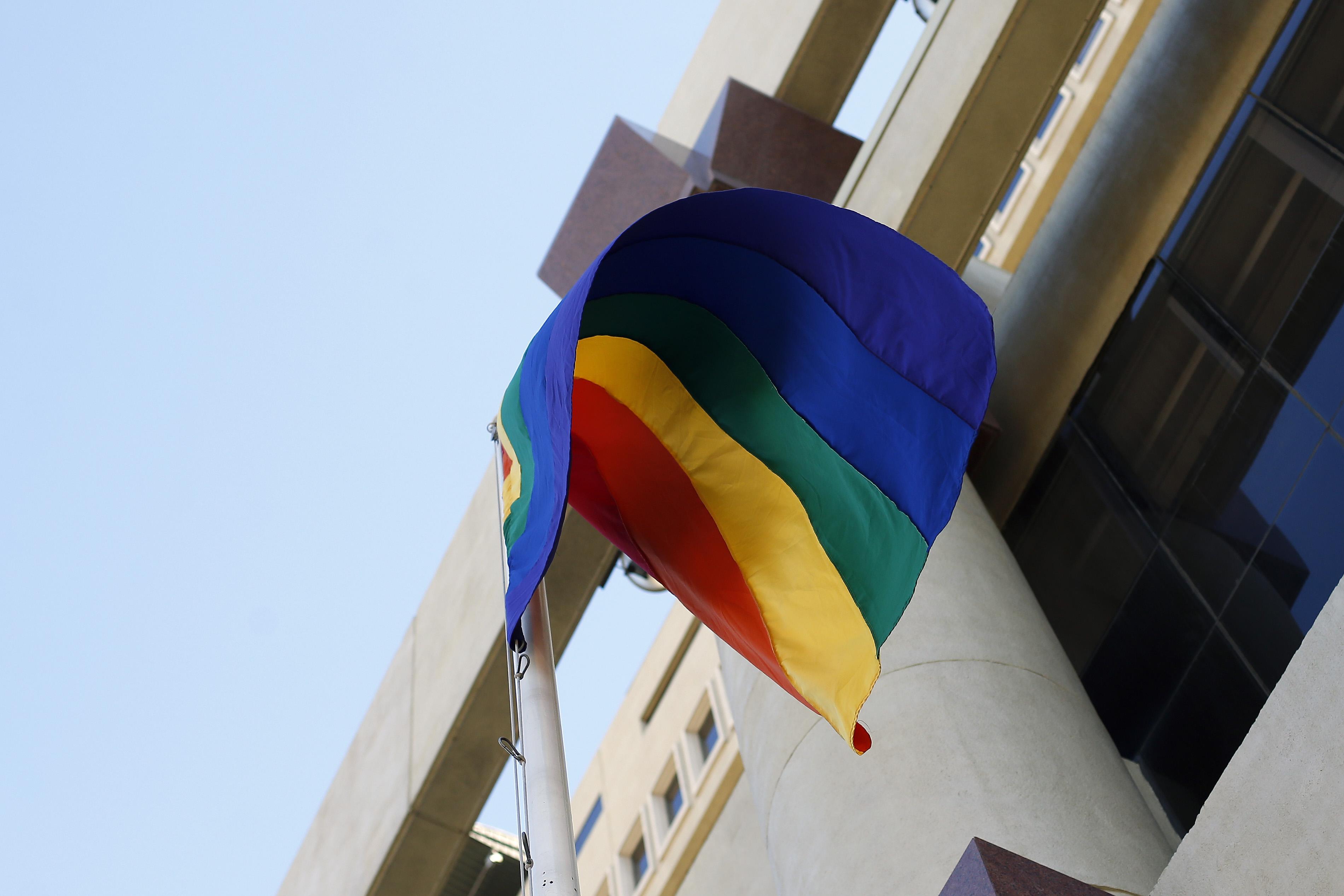 Trump prohíbe izar la bandera LGBTQ
