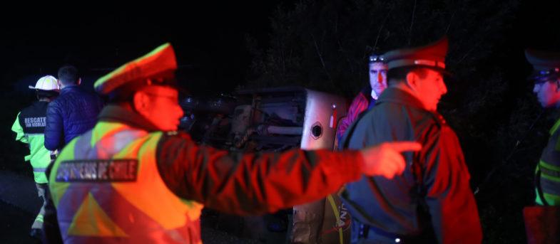 Seis muertos al volcar bus que trasladaba a trabajadores de minera Collahuasi