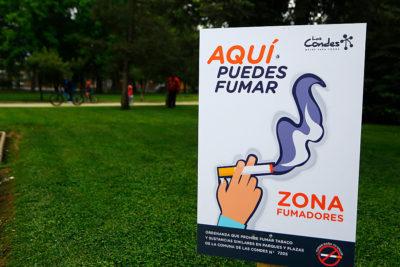 Tribunal anula ordenanza de Las Condes que prohibía fumar en plazas y espacios públicos