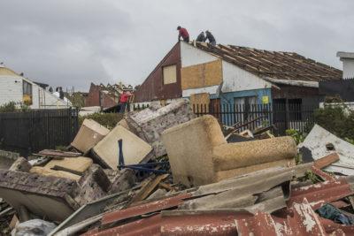 Tras tornado y trombas: sigue alerta amarilla en el Biobío y aún falta evaluar casas con daños