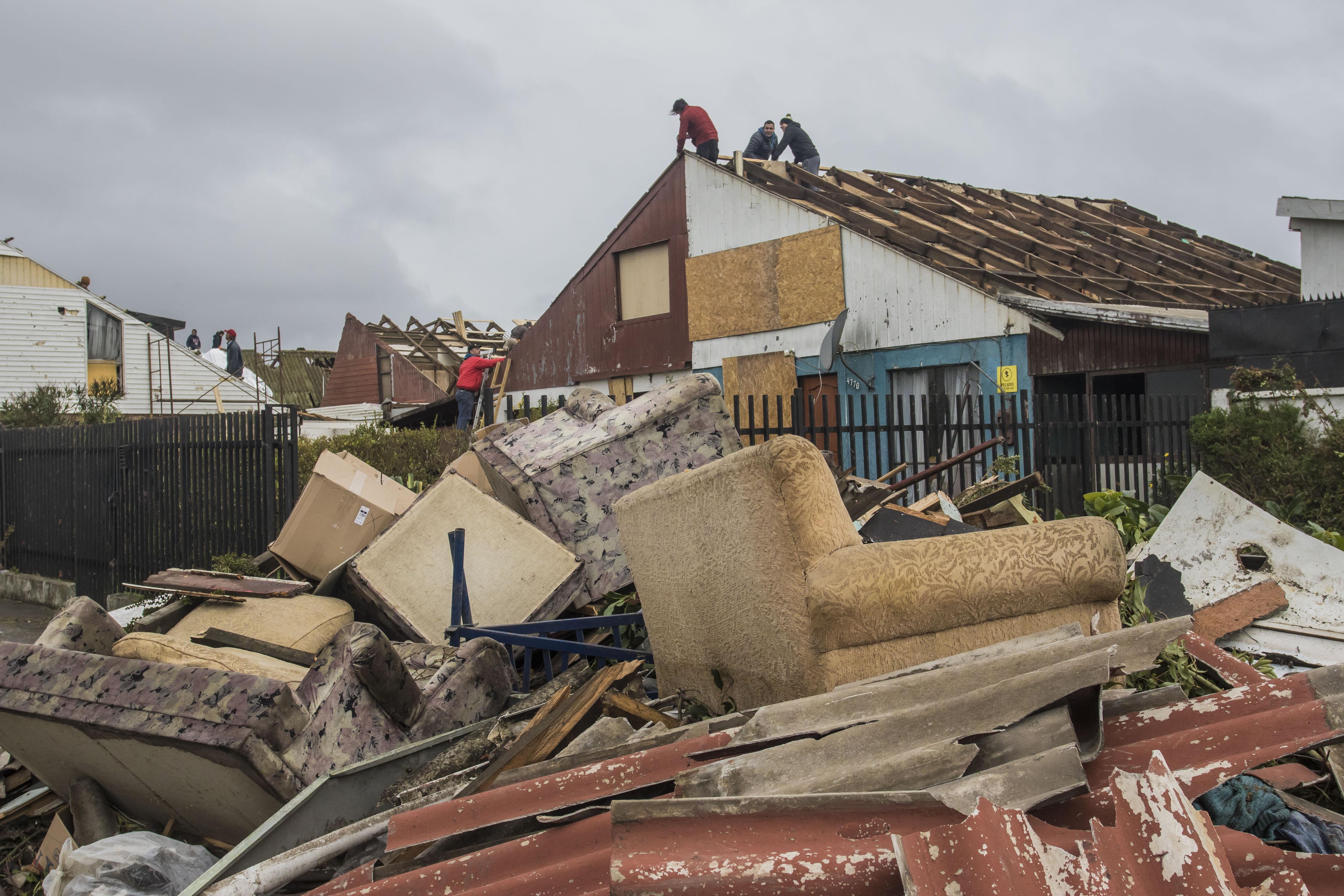 """""""Tras tornado y trombas: sigue alerta amarilla en el Biobío y aún falta evaluar casas con daños"""""""